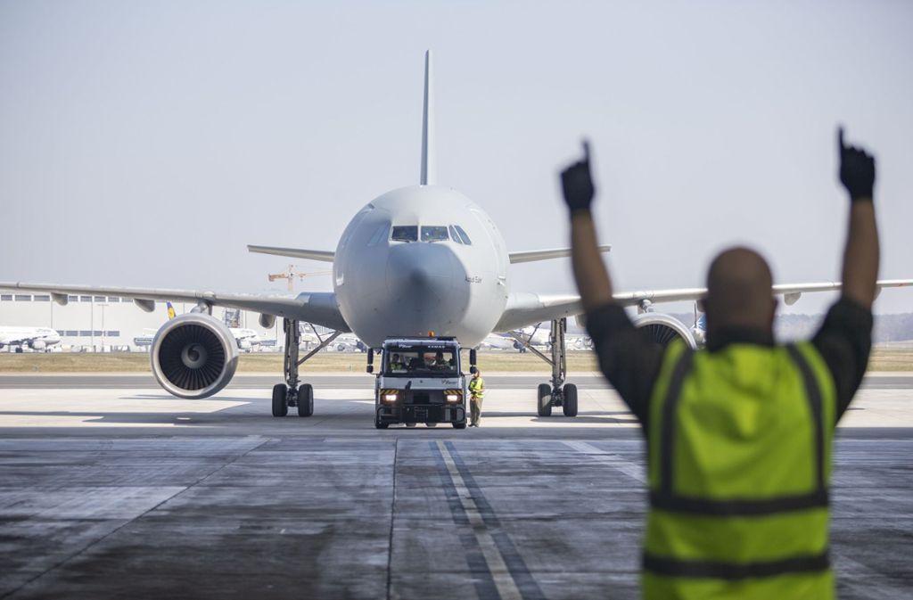 Der Airbus A310 MedEvac flog von Köln nach Bergamo, um sechs schwer erkrankte Italiener zur Intensivbehandlung nach Nordrhein-Westfalen zu bringen. Foto: dpa/Kevin Schrief