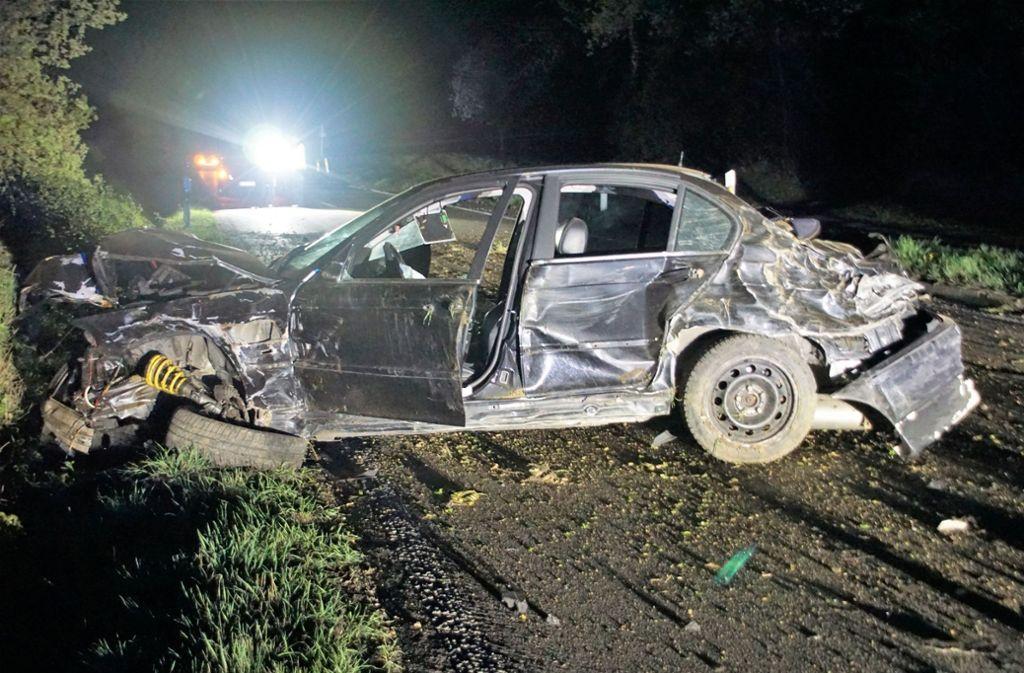 Der BMW des Unfallverursachers hat wohl nur noch Schrottwert. Foto: SDMG