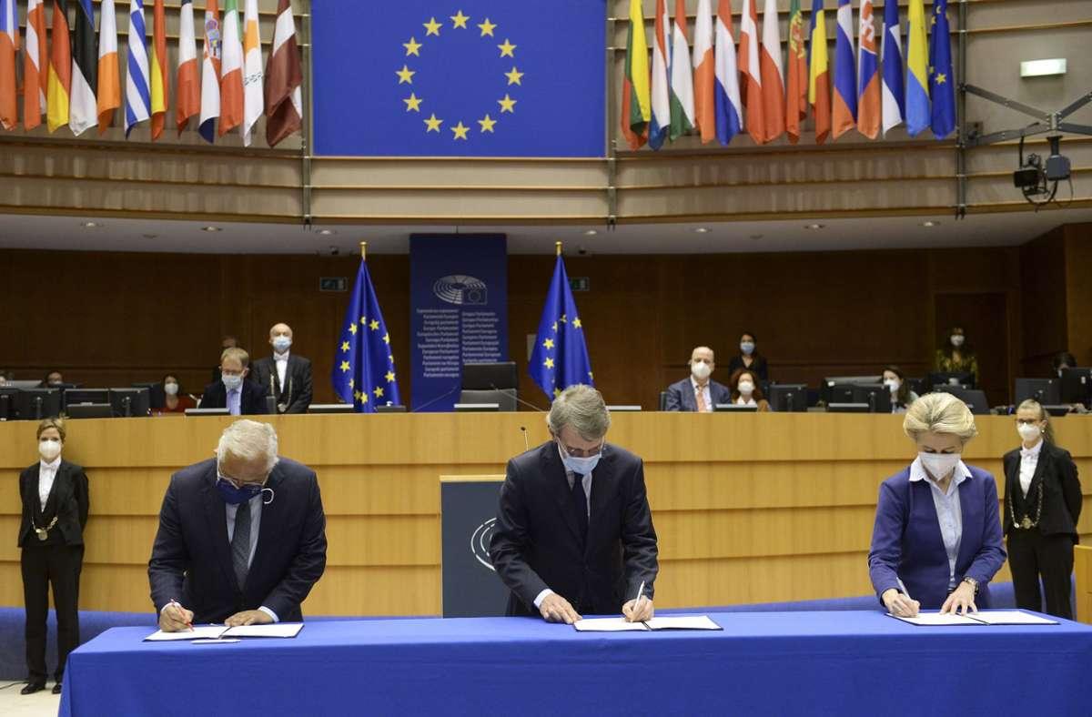 Mit den Unterschriften der drei Vertreter von Rat, Parlament und Kommission ist die Zukunftskonferenz besiegelt. Foto: dpa/Johanna Geron