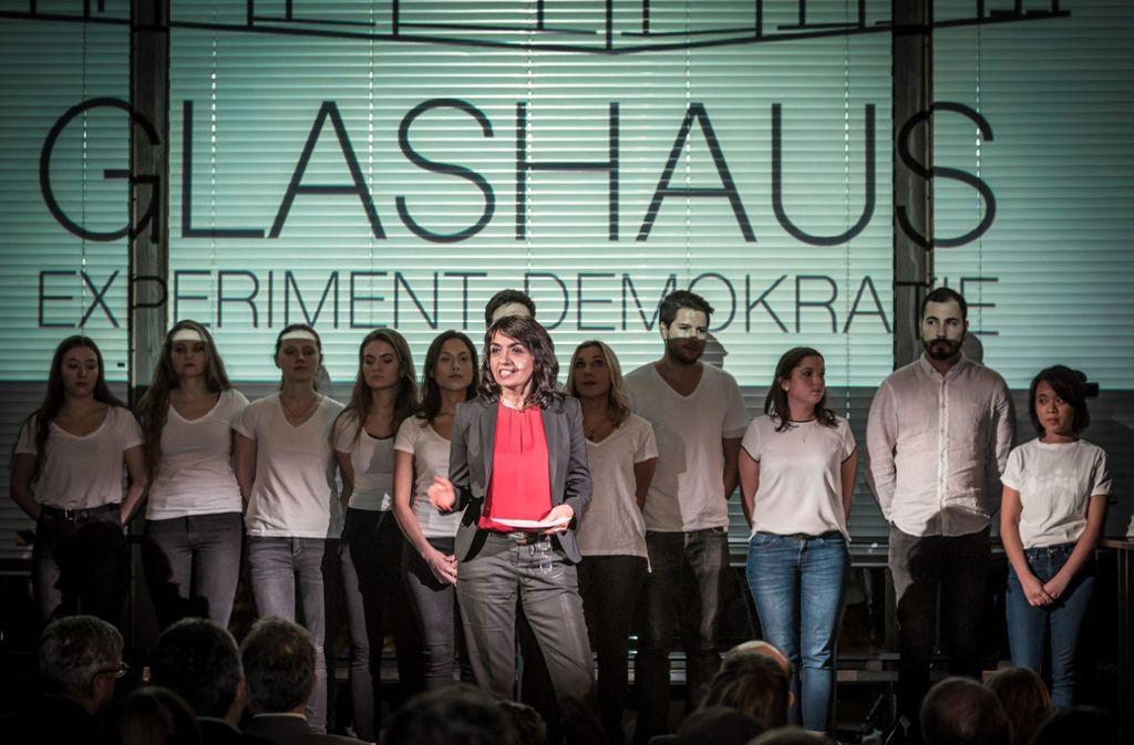 Landtagspräsidentin Muhterem Aras mit den HdM-Studerienden. Foto: Lichtgut/Julian Rettig