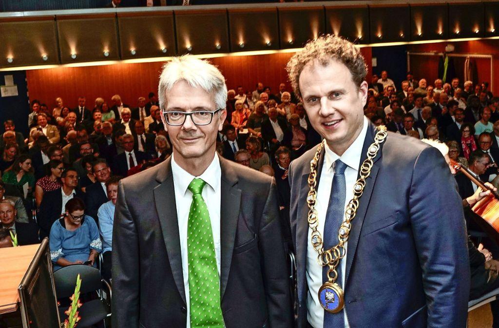 Michael Vierling (links) hat am Donnerstagabend die Vereidigung des Ludwigsburger Oberbürgermeisters Matthias Knecht vorgenommen. Foto: factum/Jürgen Bach