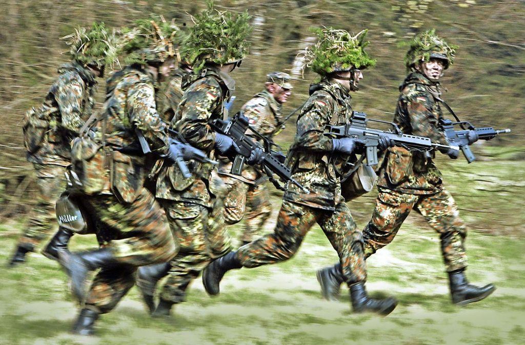 Soldaten der Bundeswehr bei einer Übung: Dass  wieder massenhaft Wehrpflichtige einrücken müssen, ist fraglich. Foto: dpa