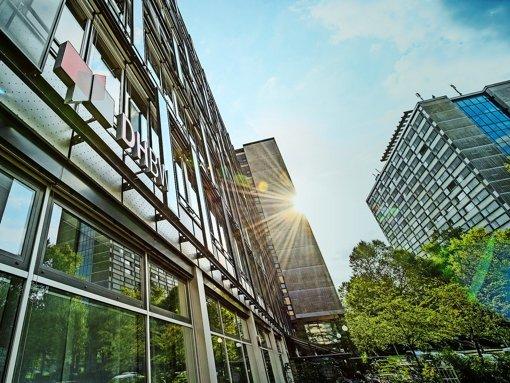 Das Präsidium der Dualen Hochschule in Stuttgart:  wie viel Geld hier wofür ausgegeben wird, wird an den Standorten  im Land mit Argusaugen beobacbtet.  Alter Chefaufseher, neuer Präsident: W. Porth (oben) A. van Zyl Foto: Andy Ridder, dpa (2)