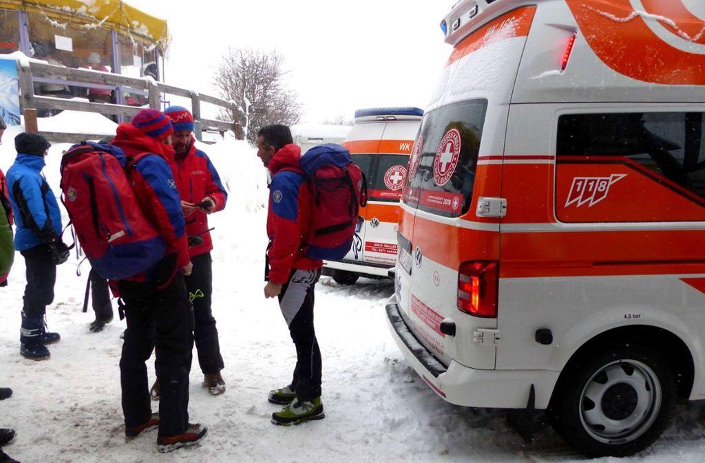 Rettungskräfte beraten sich in St. Valentin in Südtirol. Dort sind mehrere Touristen von einer Lawine erfasst worden. Foto: Walter Wegmann/Video Aktiv/dpa