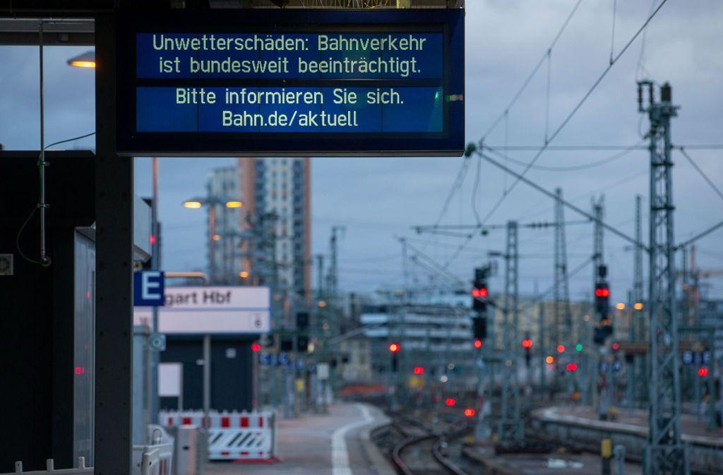 Zahlreiche Bahnen fallen wegen des Sturmtiefs Sabine aus. Foto: Leif Piechowski/Leif Piechowski