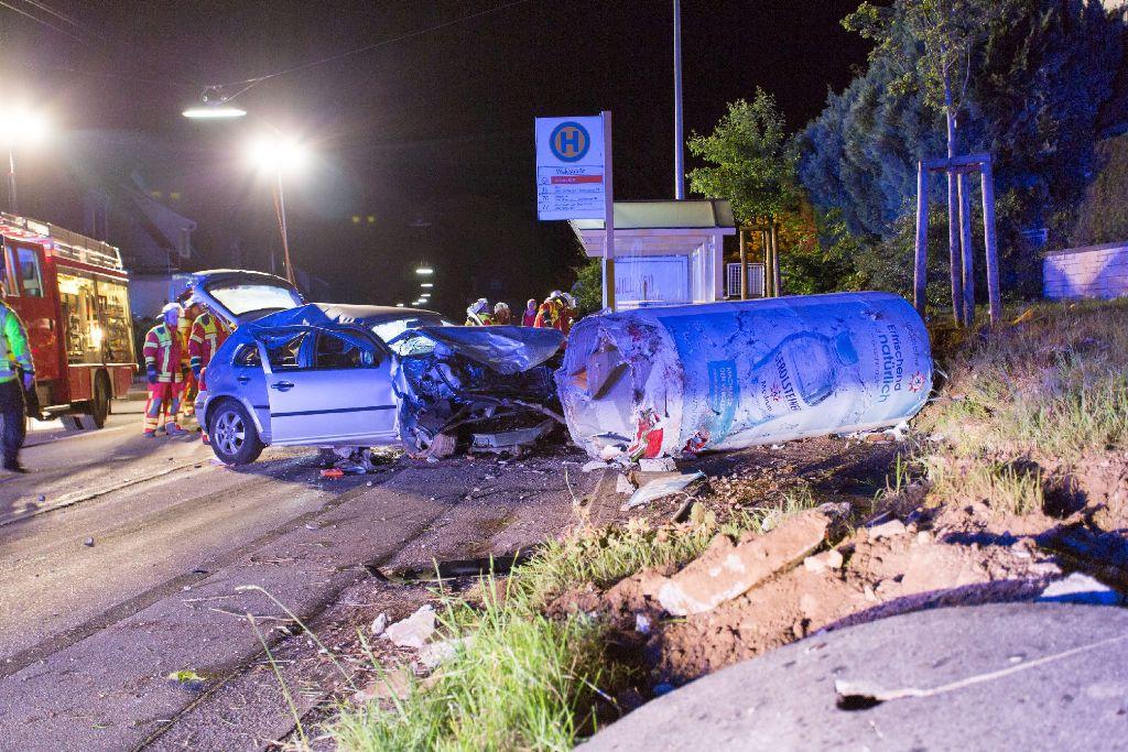 Eine 20-jährige Golf-Fahrerin hat in der Nacht auf Samstag in Filderstadt eine Litfaßsäule aus Beton umgefahren. Der Schaden ist enorm. Foto: www.7aktuell.de/Timo Reichert