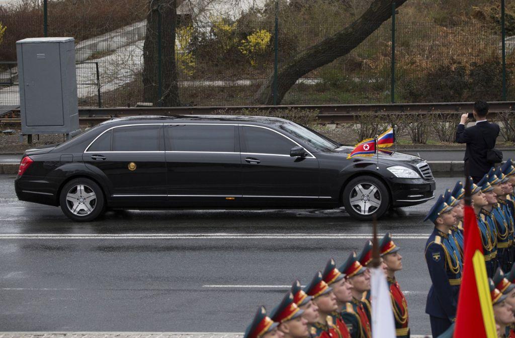 Der nordkoreanische Diktator Kim Jong Un besitzt zwei Stretchlimousinen von Mercedes. Foto: AP
