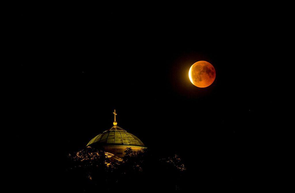 Der Mond leuchtet über der Grabkapelle am Rotenberg in Stuttgart. Foto: 7aktuell.de/Simon Adomat