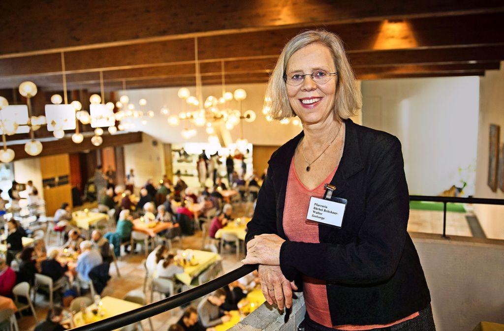 Die Pfarrerin  Barbara Brückner-Walter empfängt die   Besucher der Vesperkirche seit elf Jahren in der Lutherkirche. Foto: Ines Rudel