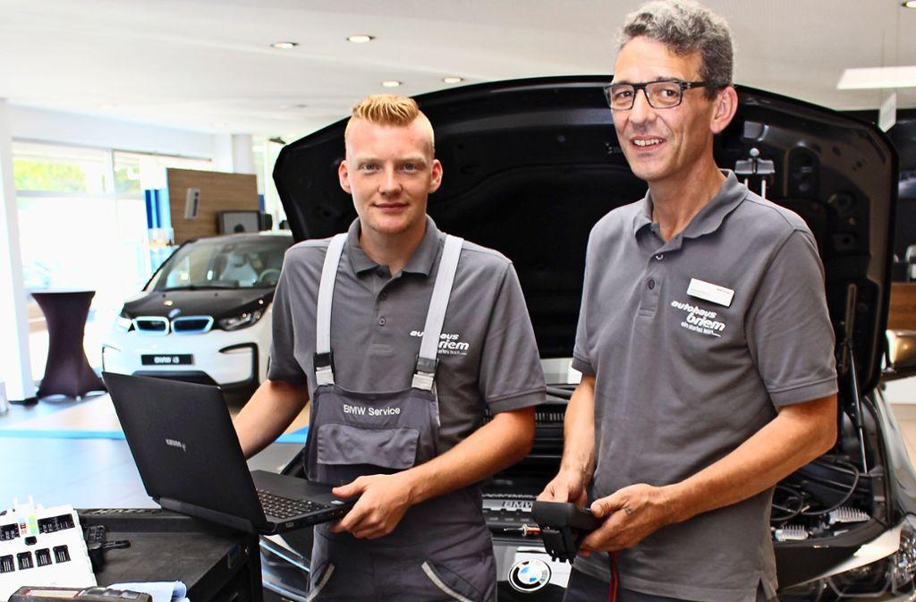 Der Mechatroniker-Azubi Christian Lang (links) lernt bei  dem Werkstattleiter Dietmar Stauch. Foto: Caroline Holowiecki