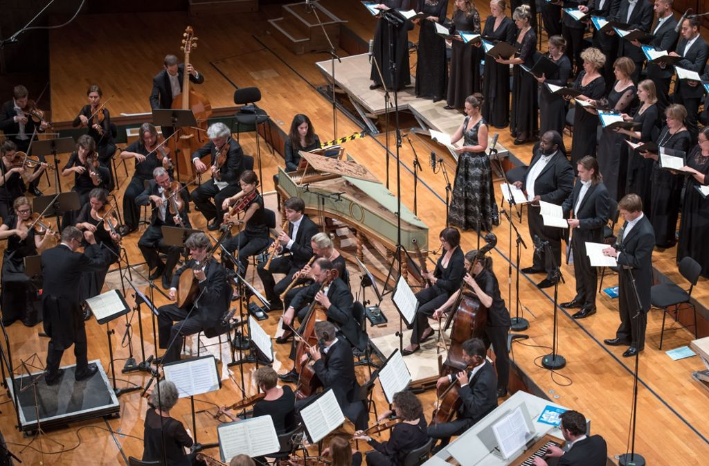 Hans-Christoph Rademann lässt beim Schlusskonzert Chor und Orchester zusammenwachsen. Foto: Holger Schneider