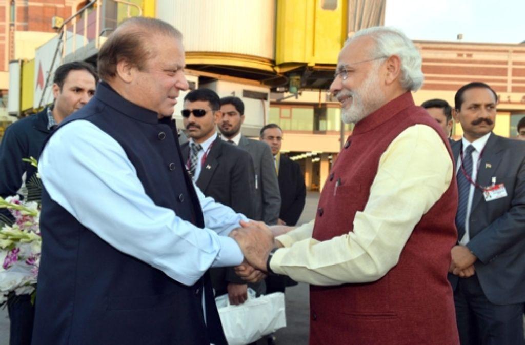 Der pakistanische Premierminister Nawaz Sharif (links) und Indiens Regierungschef Narendra Modi  demonstrieren Verbundenheit. Foto: dpa