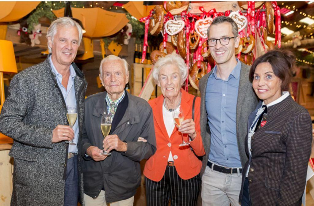 Volksfest-Wirtin Sonja Merz (rechts) mit  der Familie ihres Mannes Konstantin Merz (links), dessen Sohn Frederik Merz, Mutter Christa Merz  und  Vater Volker Merz, der in der vergangenen Woche 96 Jahre alt geworden ist. Foto: Andreas Engelhard