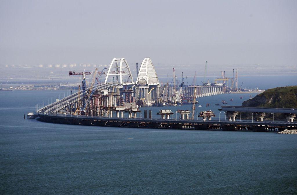 Blick auf die neue Brücke, die die von Russland annektierte Halbinsel Krim mit dem russischen Festland verbindet. Foto: AP