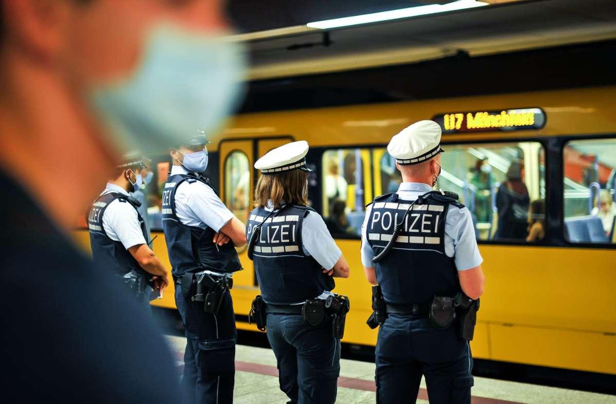 Die Polizei kontrolliert die Einhaltung der Maskenpflicht – Bußgelder verhängt die Stadt. Foto: Lichtgut/Kovalenko
