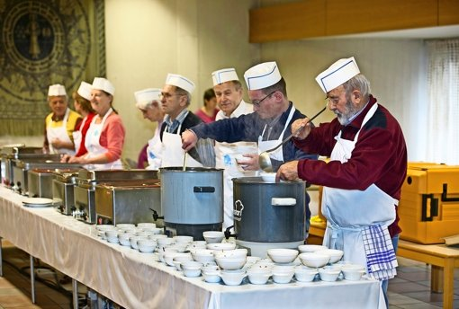 Volle Töpfe, voller Einsatz: Die Vesperkirchen im Landkreis, wie hier in Nürtingen,  leben von dem Engagement vieler ehrenamtlicher Helfer. Foto: Horst Rudel