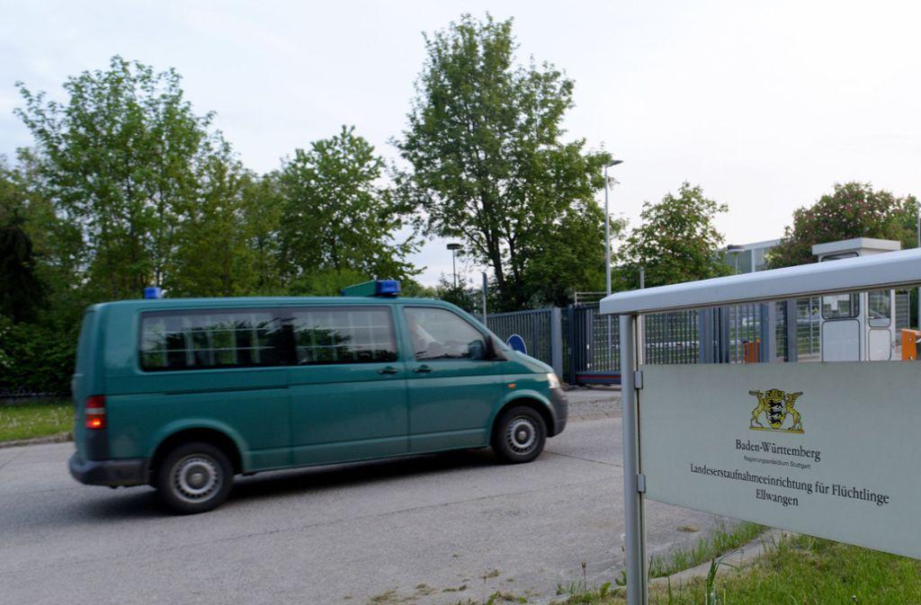 An der Flüchtlingsunterkunft in Ellwangen fährt ein Gefangenentransporter vor. Foto: dpa