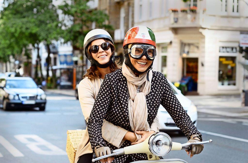 Kati (Jessica Schwarz, links) liebt die Lebensfreude von Frau Baronski (Judy Winter) – zwei der vielen guten Darsteller in dem ARD-Film. Foto: ARD/Christoph Assmann