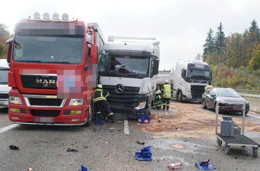 Lkw verliert bei Unfall Getränkekisten – A8 kurzzeitig voll gesperrt