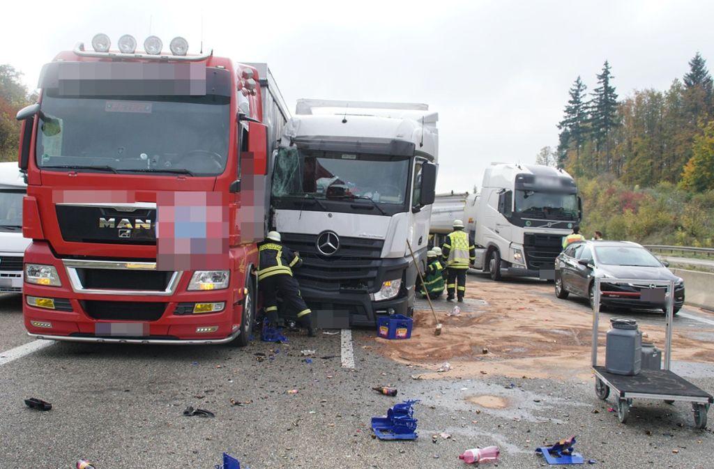 Bei dem Unfall verlor eine Lkw Getränkekisten. Foto: SDMG/Gress