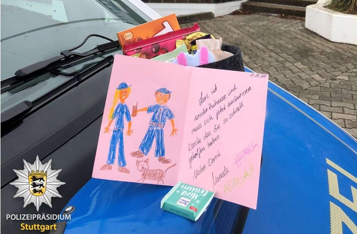 Die Halter des Katers zeigten ihre Dankbarkeit mit einem Geschenkkorb und einer Dankeskarte. Foto: Polizei
