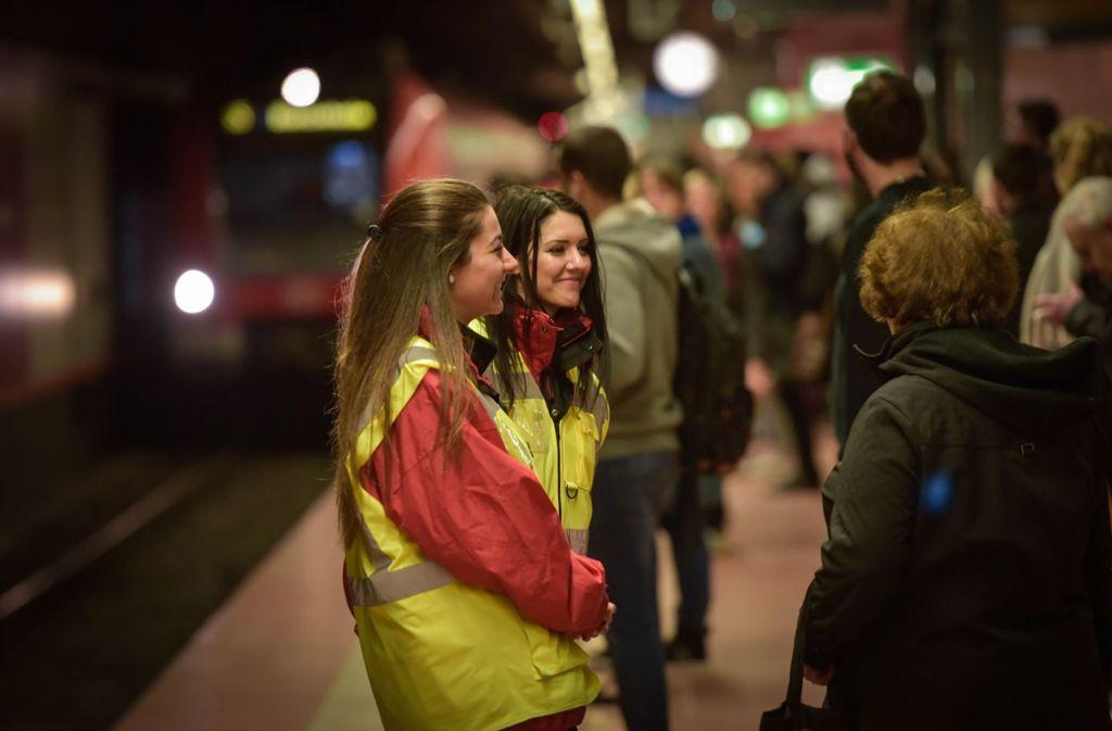 Mitarbeiter der Bahn sollen am Bahnhof Bad Cannstatt und auf den Bahnsteigen für die Orientierung und die Sicherheit der Fahrgäste sorgen. (Archivfoto) Foto: Lichtgut/Max Kovalenko