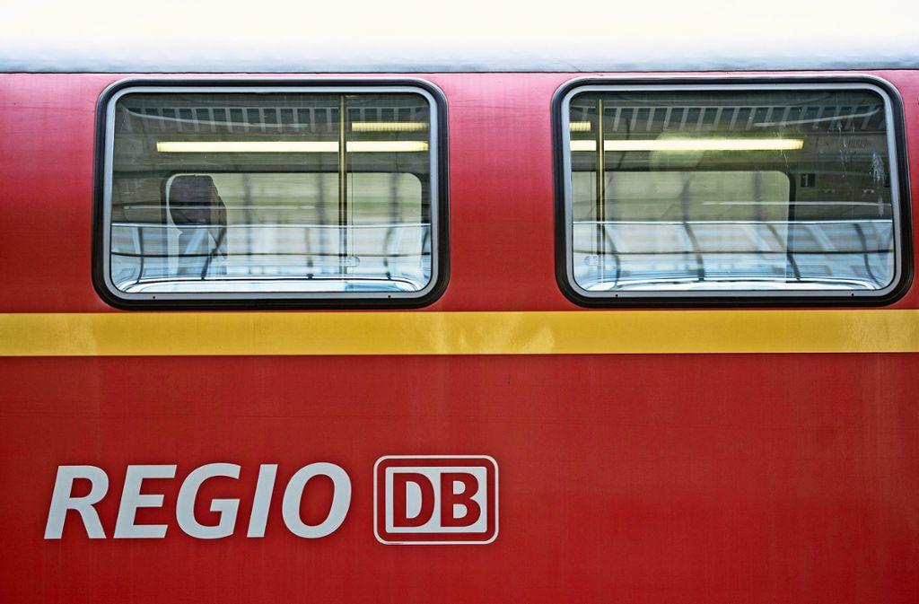 Eine junge Frau soll am Sonntagabend in einer Regionalbahn zwischen Stuttgart und Tübingen von zwei Männern bedrängt worden sein. (Symbolfoto) Foto: dpa