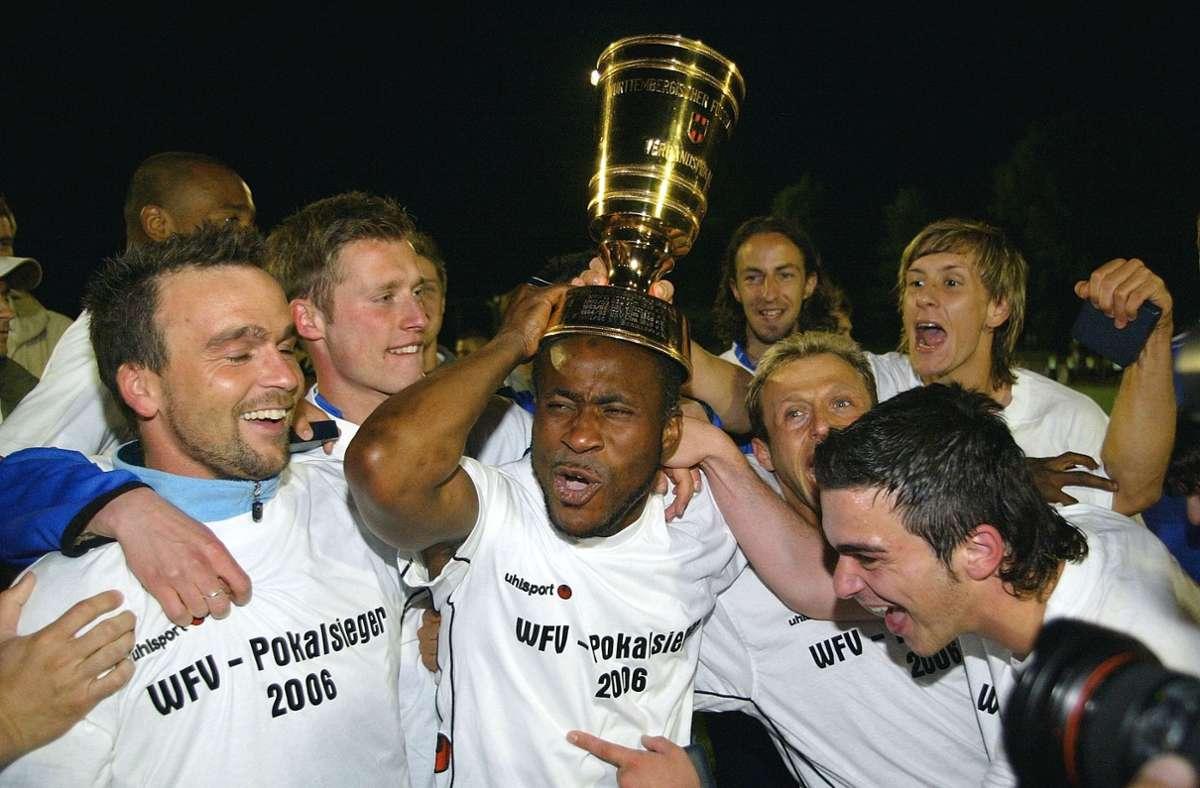Bashiru Gambo mit dem Pott auf dem Kopf: Der letzte WFV-Pokal-Sieg der Stuttgarter Kickers stammt aus dem Jahr 2006. Foto: Baumann