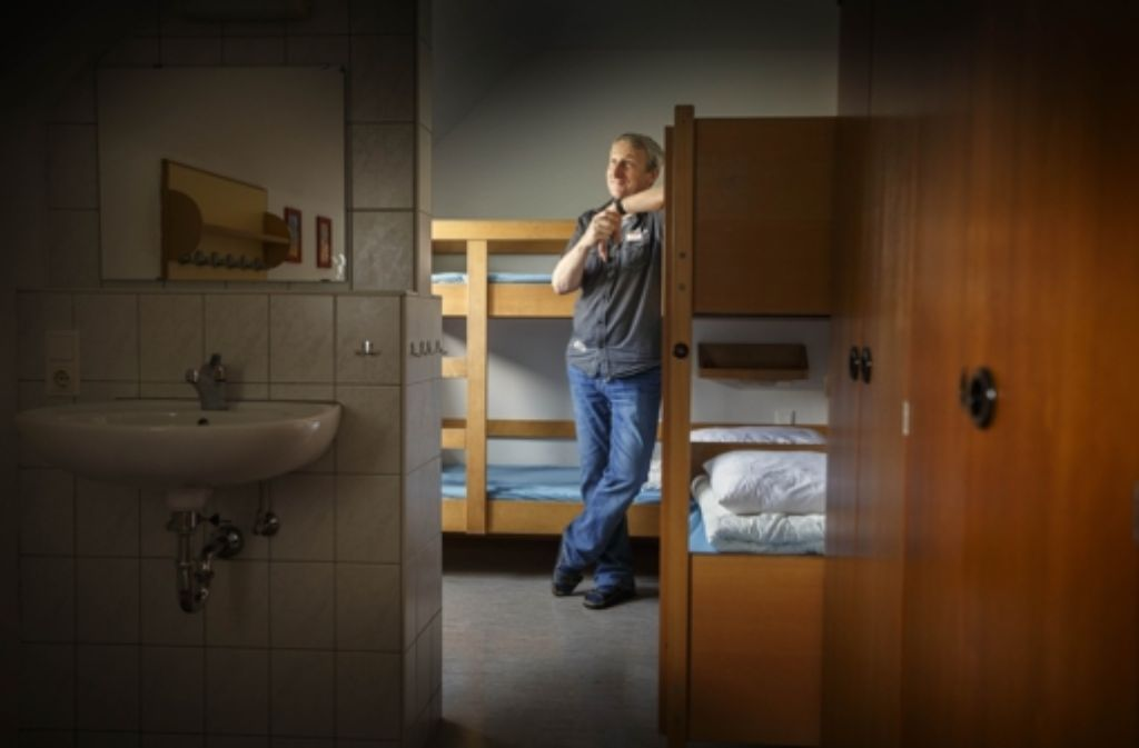 Stockbetten, Waschbecken, Kleiderhaken: das ist Thomas Märkles Reich. Foto: Gottfried Stoppel
