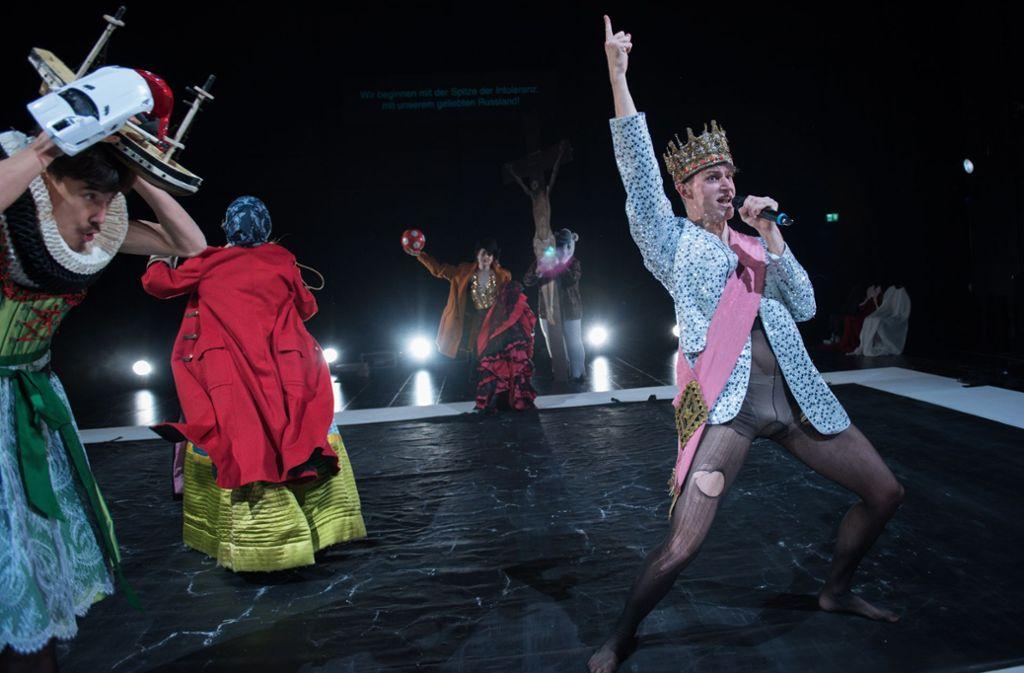 """Tanz den Europäer – """"Imaginary Europe"""" heißt das Projekt 1 des neu gegründeten Europa Ensembles, das am Mittwoch im Kammertheater Stuttgart Premiere gefeiert hat. Im Vordergrund zu sehen ist der kroatische Schauspieler Adrian Pezdirc, mit Flüchtlingsschiff und Luxusmodellauto beladen ist sein deutscher Kollege Tenzin Kolsch. Foto: Björn Klein"""