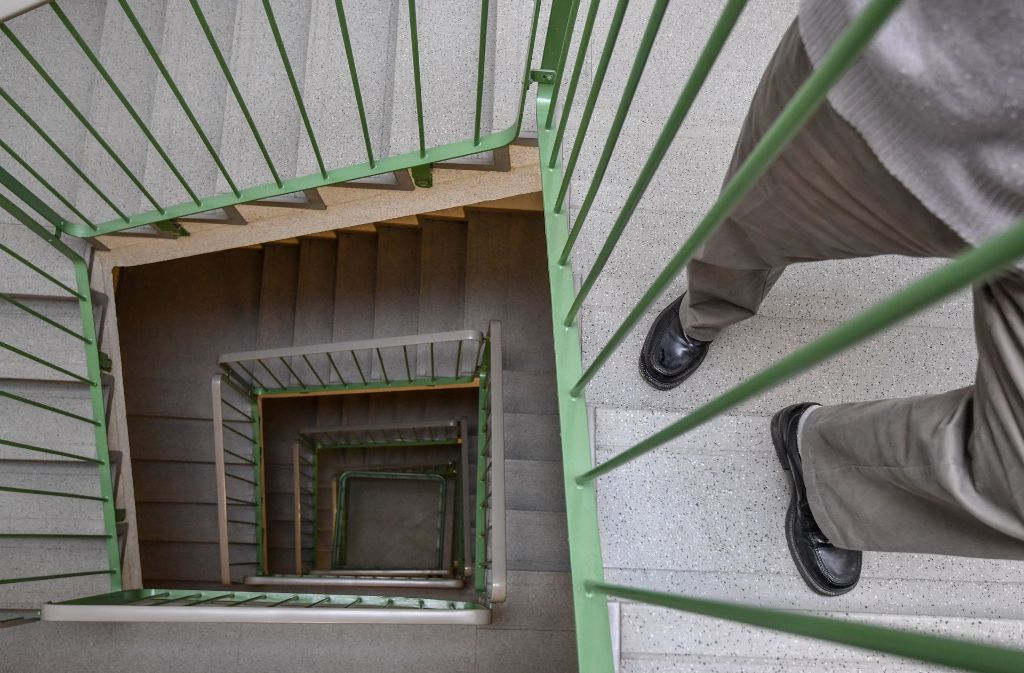 Mit ihrem Urteil verhindern die Karlsruher Richter, dass ein 80 Jahre alter Mann gegen den Willen einiger Nachbarn im Treppenhaus eines Plattenbaus auf eigene Kosten einen Fahrstuhl nachrüsten kann. Foto: dpa-Zentralbild