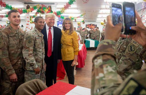 Trump und First Lady Melania besuchen US-Truppen