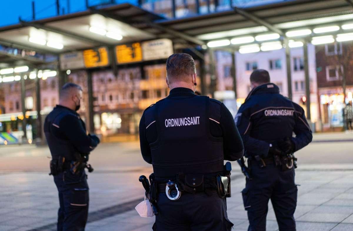 Drei Mitarbeiter des Ordnungsamts kontrollieren die Ausgangssperre (Symbolbild) Foto: dpa/Jonas Güttler