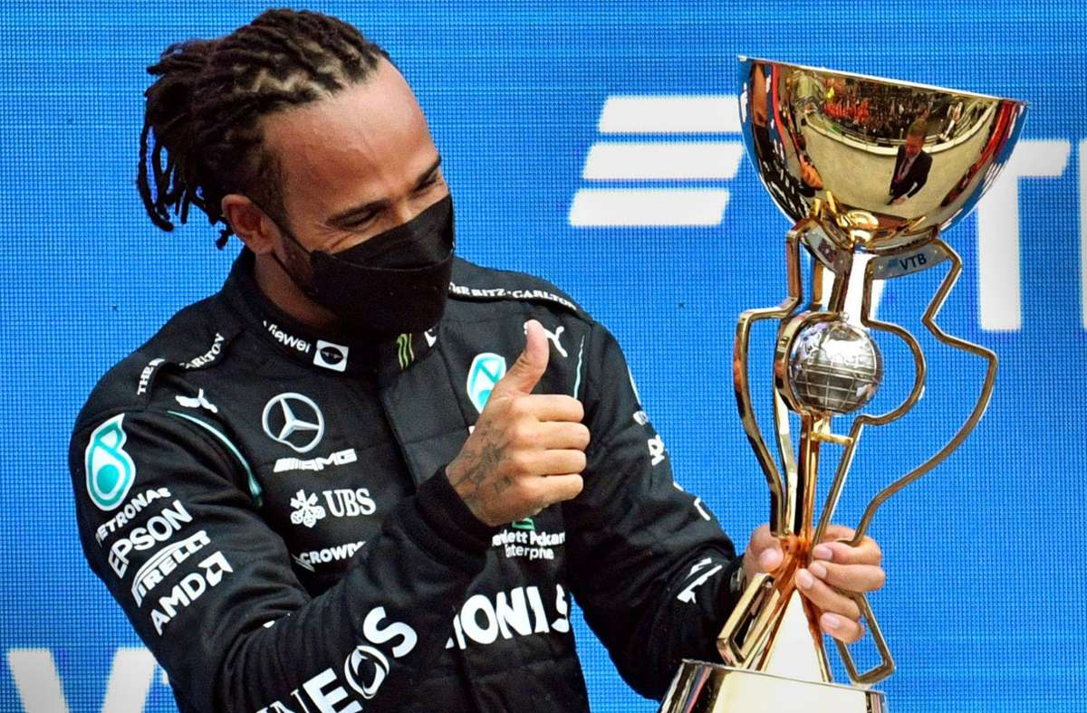 Lewis Hamilton freut sich in Sotschi über seinen 100. Grand-Prix-Sieg. Foto: AFP/ALEXANDER NEMENOV