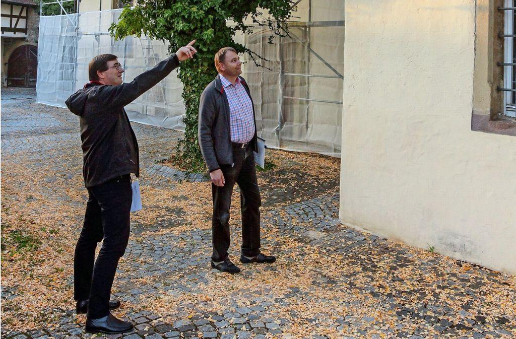 Thomas Nonnenmann (l.) und Johannes Morlok begutachten die Kirche. Foto: factum/Bach
