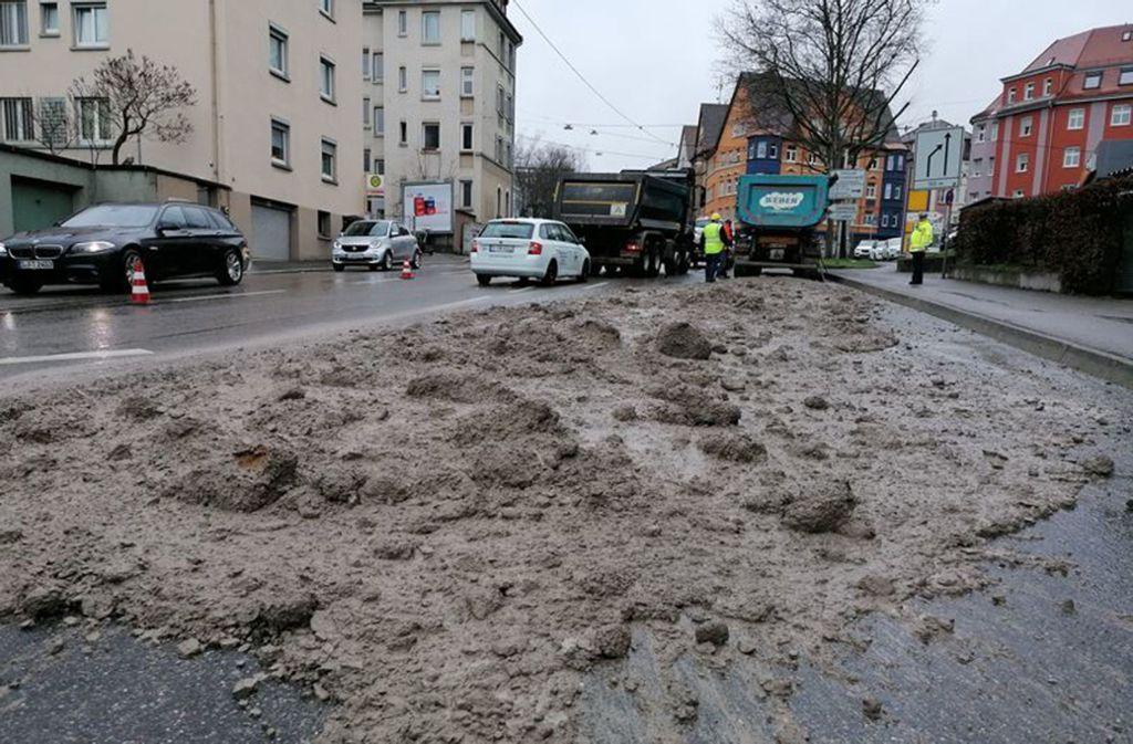 In der Stuttgarter Talstraße hat ein Laster seine Ladung verloren. Foto: Fotoagentur Stuttgart