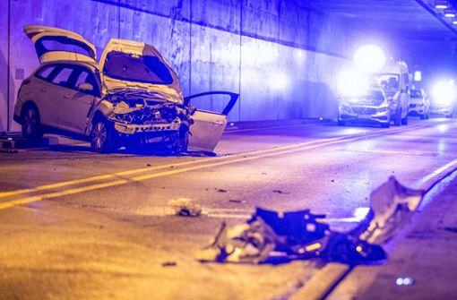 Autofahrer nach Aufprall gegen Tunnelwand lebensgefährlich verletzt