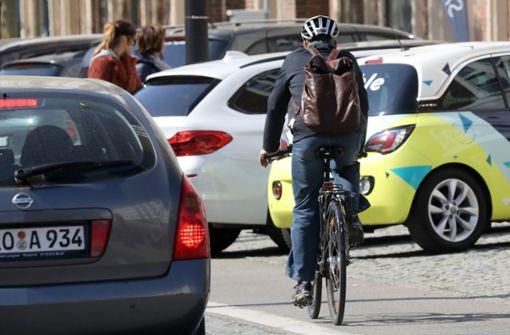 Polizist nimmt Verfolgung mit Fahrrad von Passant auf