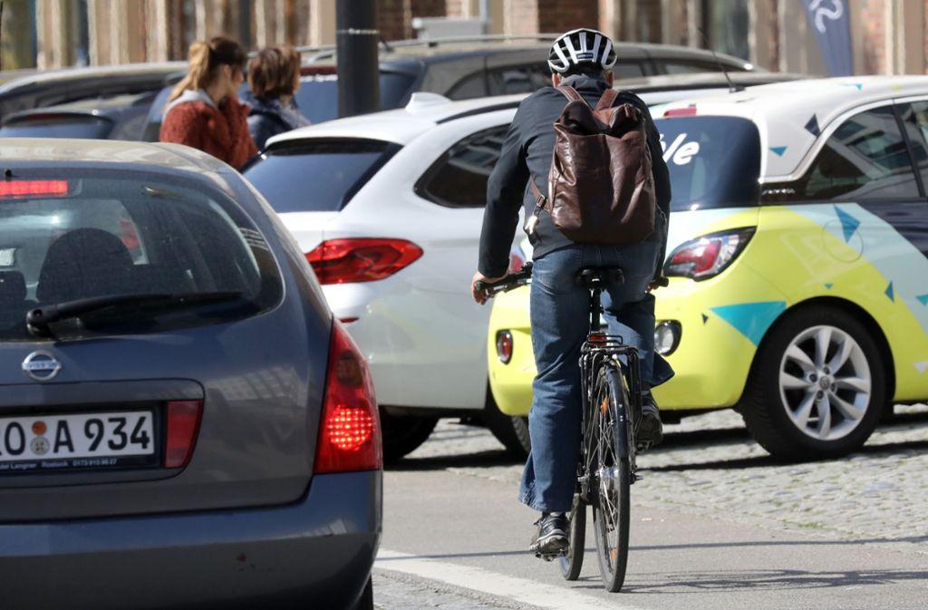 Ein Radfahrer überließ einem Polizisten zur Verbrecherjagd sein Rad (Symbolbild). Foto: Bernd Wüstneck/dpa