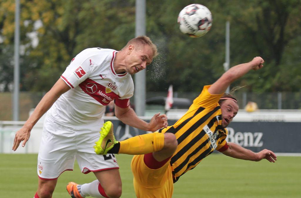 Holger Badstuber zeigt vollen Einsatz im Duell mit Timo Röttger. Foto: Pressefoto Baumann