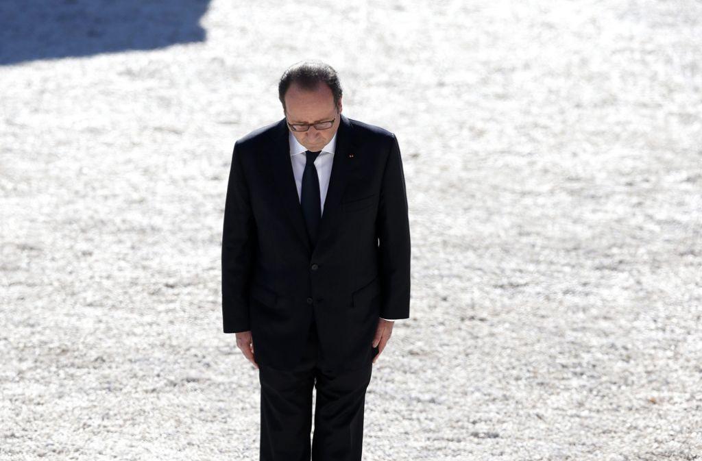 Der französische Präsident Holland bei der gedenkt der Opfer des Anschlags in Nizza Foto: dpa