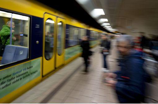 Stadtbahn schiebt betrunkenen Mann von den Gleisen