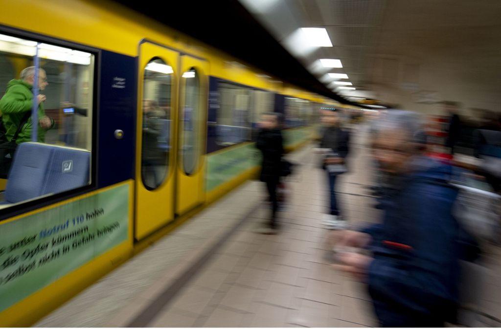 Die Stadtbahnpassagiere haben einen Schreck bekommen, als sie den Sturz in Feuerbach sahen. Foto: Leif Piechowski (Symbolbild)