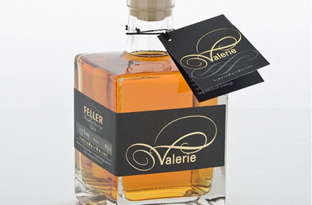 Die Whiskys der Brennerei Feller kommen in aparten eckigen Flaschen. Foto: Brennerei Feller