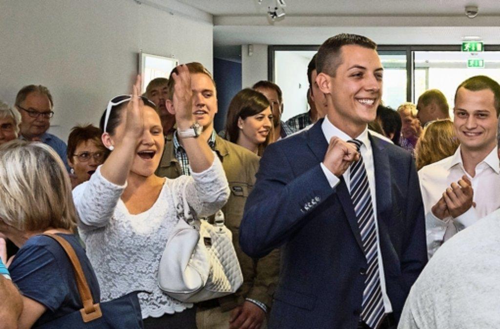 Daniel Töpfer lässt sich von seinen Anhängern feiern. Foto: