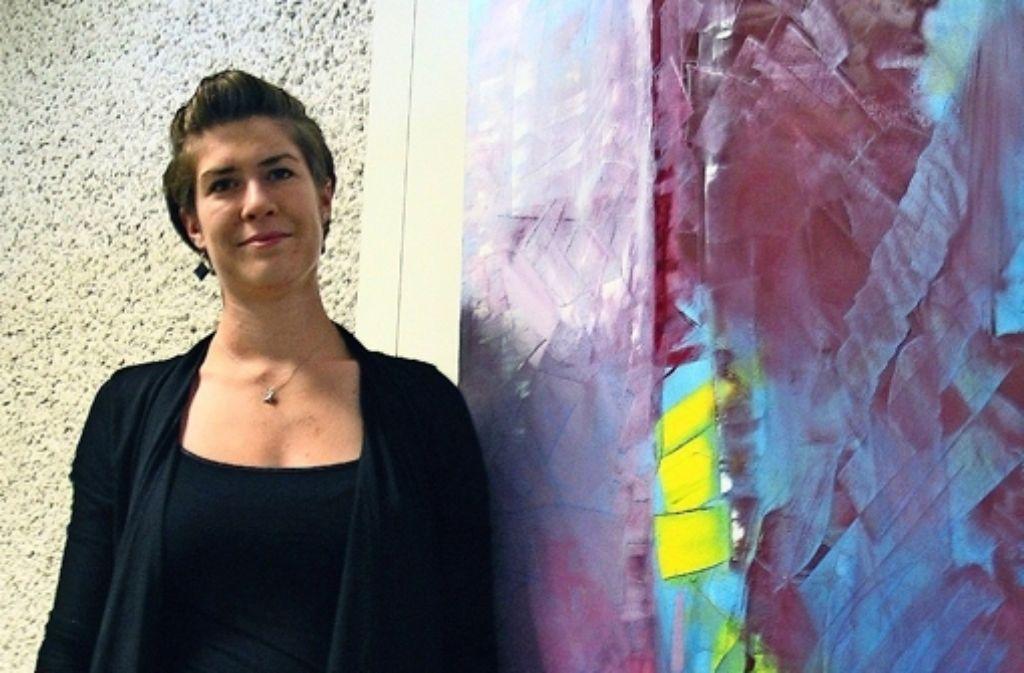 Ina Müller vor einem ihrer ausgestellten Werke ohne Titel. Foto: Susanne Müller-Baji
