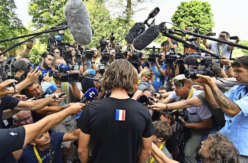 Umlagert von Kameras und Mikrofonen: Der von der Tour ausgeschlossene Peter Sagan. Foto: BELGA