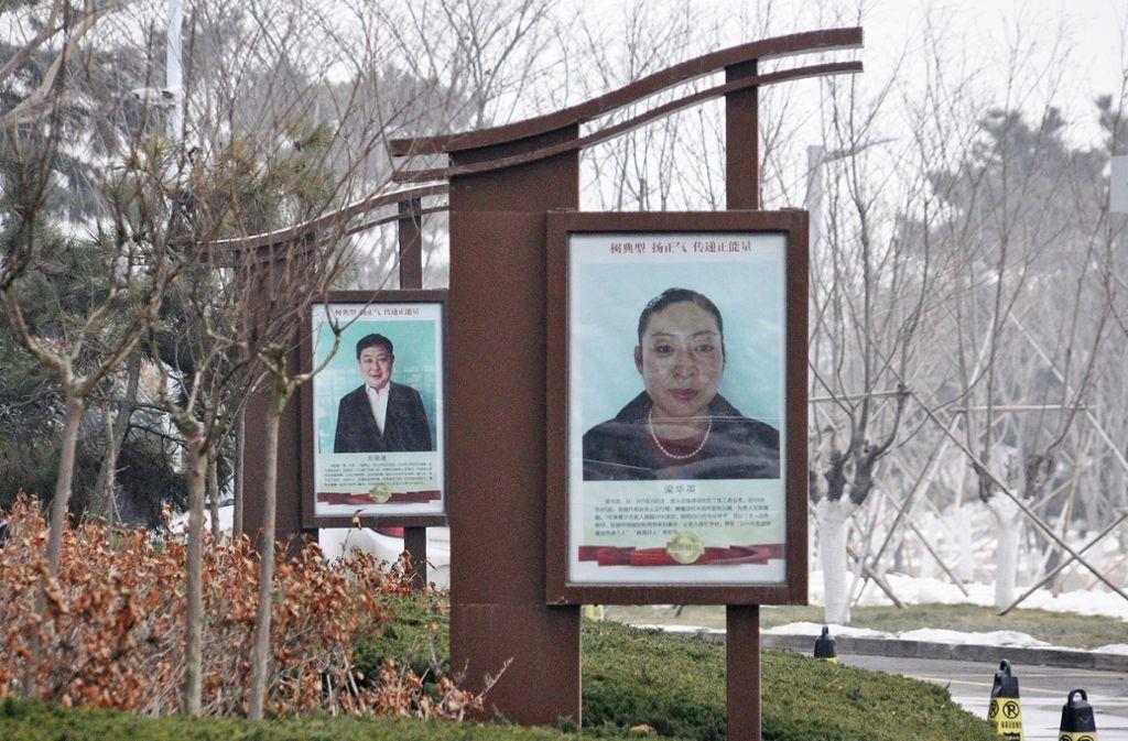 """In der chinesischen Stadt Rongcheng wird man als """"Modellbürger"""" präsentiert, wenn man sich an die Regeln hält. Aber wehe, man geht bei Rot über die Ampel! Foto: dpa"""