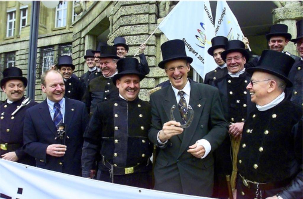 Alle Glücksbringer haben 2003 bei der Olympiabewerbung nichts geholfen: Raimund Gründler (ohne Hut) und Wolfgang Schuster vor der Entscheidung. Foto: Zweygarth