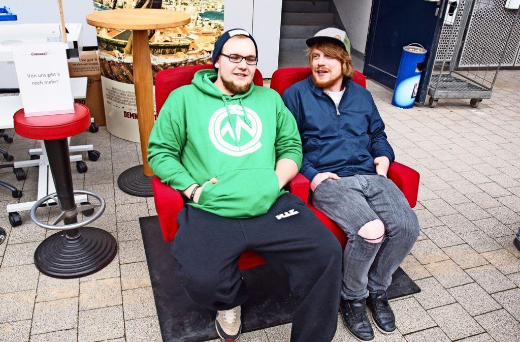 Tobi Wagner und Michi Schäfer (von links) testen die Kinosessel. Foto: Cedric Rehman